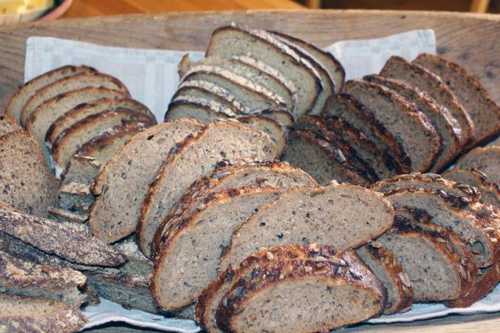 Torunn Bjerkem, forteller om baking med urkorn. (Foto: Randi Berland)