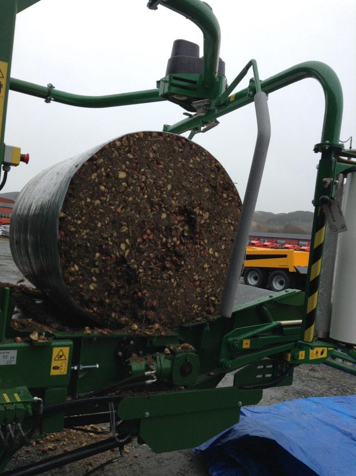 Flere industripartnere deltar i CYCLE for å prøve nye måter å håndtere ressurser på. Her ser vi utsorterte poteter fra Produsentpakkeriet Trøndelag AS bli pakket sammen til en kompakt rundball, med utstyr fra Orkel AS. Melkesyregjæringen som oppstår i materialet gir god lagringsevne slik at potetene lettere kan brukes som fôr.