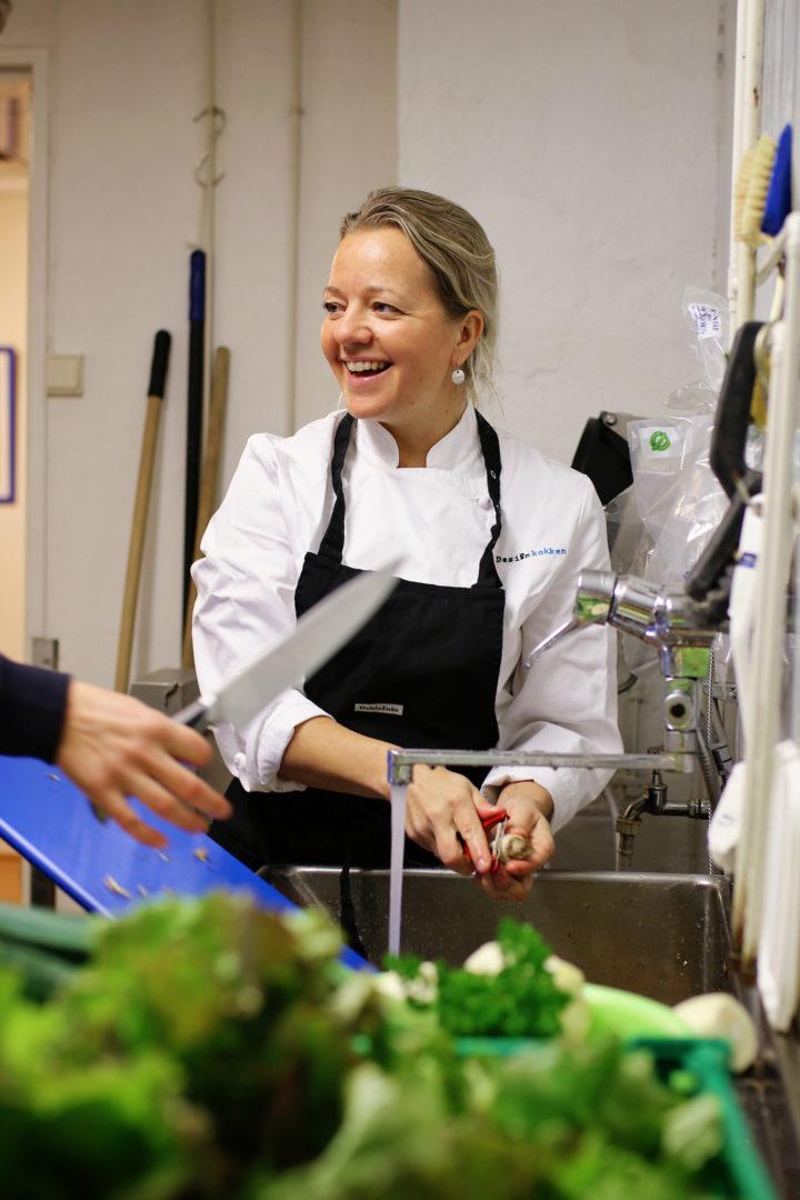 Britt Elisabeth Fossdal er faglært kokk og næringsmiddeltekniker (Foto: Debio)