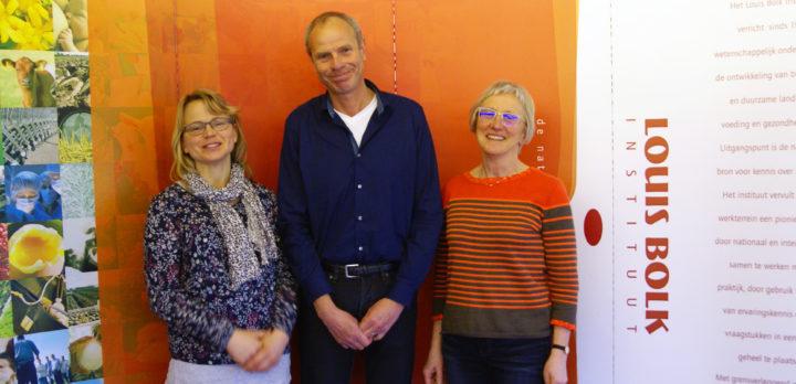 Direktør ved Louis Bolk Instituttet, Jan Willem Erisman, flankert av  Pommeresche og Grete Lene Serikstad. (Foto: Anne de Boer, NIBIO)