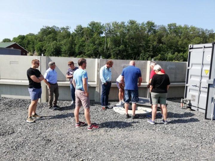 En gruppe bønder som er interessert i biogass på besøk hos Inge Hoemsnes (Foto: Lovise Sæter)