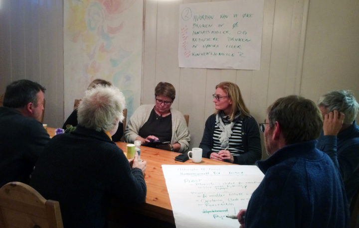 After a long day of presentations, the participants were still very engaged in discussing possible consequences of phasing out the use of contentious (?) inputs from organic production in Norway. (Photo: Anne-Kristin Løes)
