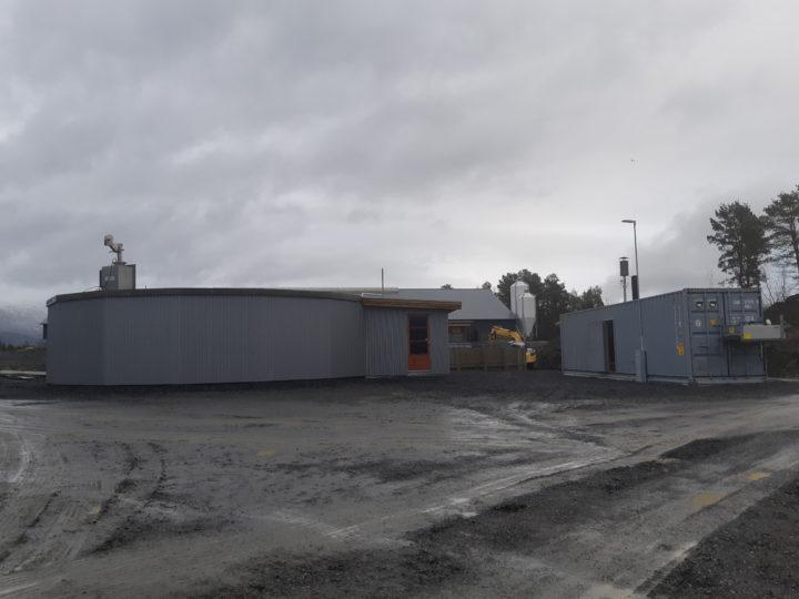 Biogassanlegget på garden til Inge Hoemsnes. Reaktor til venstre i bildet, konteiner med generator og styringssystem til høyre (Foto: Ingvar Kvande)