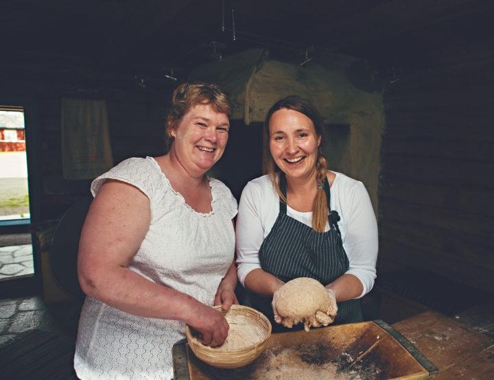 Torunn Bjerkem og Cecilie Røli fra Gullimunn AS vet mye om baking og bakekvaliteten til ulike kornsorter (Foto: Gullimunn AS)