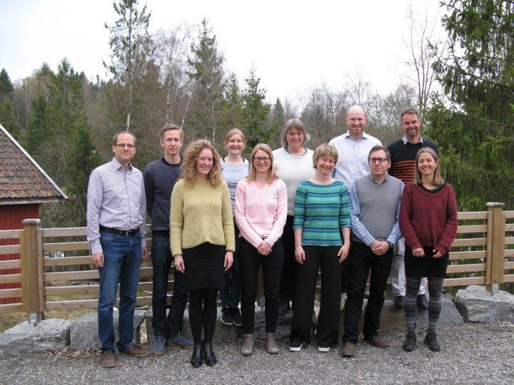 Fra venstre: Sebastian Eiter, NIBIO (prosjektleder); Svein Olav Krøgli, NIBIO (leder WP1), Marte Guttulsrød, Økologisk Norge; Ulrike Bayr, NIBIO; Anne Strøm Prestvik, NIBIO; Anne-Kristin Løes, NORSØK (leder WP4), Rose Bergslid, NORSØK; Asbjørn Veidal, NIBIO; Matthew Reed, CCRI (leder WP3); Daniel Keech, CCRI; Anna Birgitte Milford, NIBIO (leder WP2)  (Foto: Wenche Dramstad / NIBIO)