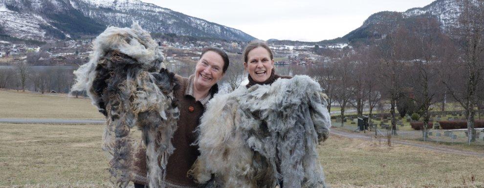 VERDIFULL: Kirsty McKinnon (NORSØK) og Lise Grøva (NIBIO) skal finne nye bruksområder for nedklassert ull i prosjektet VerdifULL (Foto: Vegard Botterli)