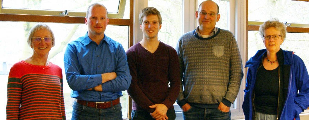 Fra venstre forsker Grete Lene Serikstad, NORSØK, forsker Herman de Boer og doktorgradstudent Jelmer Zandbergen fra Wageningen Universitet, forsker Nick van Eekeren, Louis Bolk Institutt og forskningstekniker Anne de Boer, NIBIO.  (Foto:  Pommeresche, NORSØK)