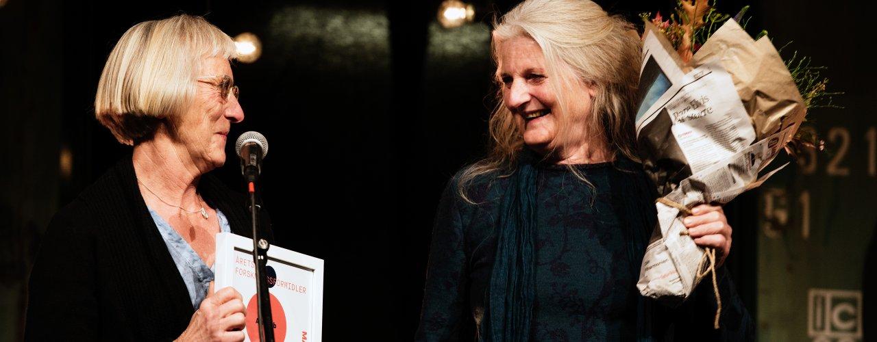 Prosjektleder for nye agropub.no Grete Lene Serikstad og redaktør Anita Land mottok  Matprisen, i kategorien «Årets forskningsformidler» på Vippa i  Oslo i 2017.  (Foto: Joachim Sollerman, Debio)