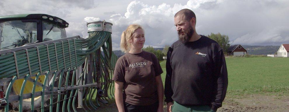 Ingvild Rekstad og Jørgen Soknes ved Skaun Økomjølk bruker slangespredning når de skal ha ut møkka. Det er arbeidseffektiv og miljøvennlig. (Foto: Tommy Rustad)