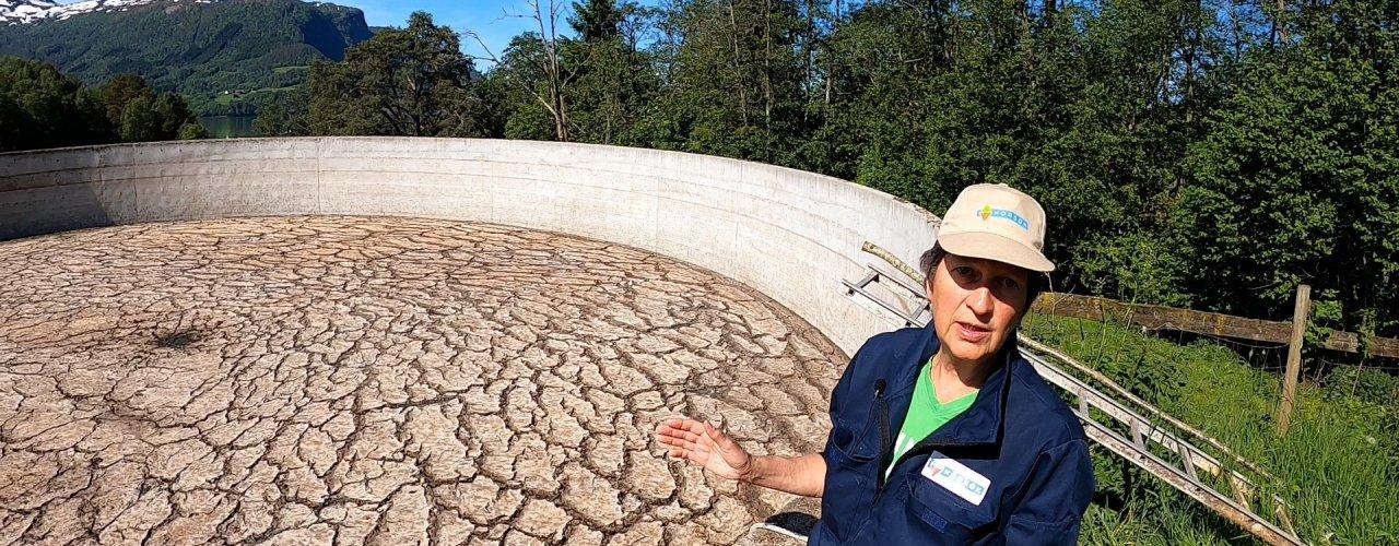 KLIMAGASSER FRA GJØDSELLAGER: Rådgiver Marta Ebbesvik måler klimautslipp fra gjødsellager (Foto: Vegard Botterli)