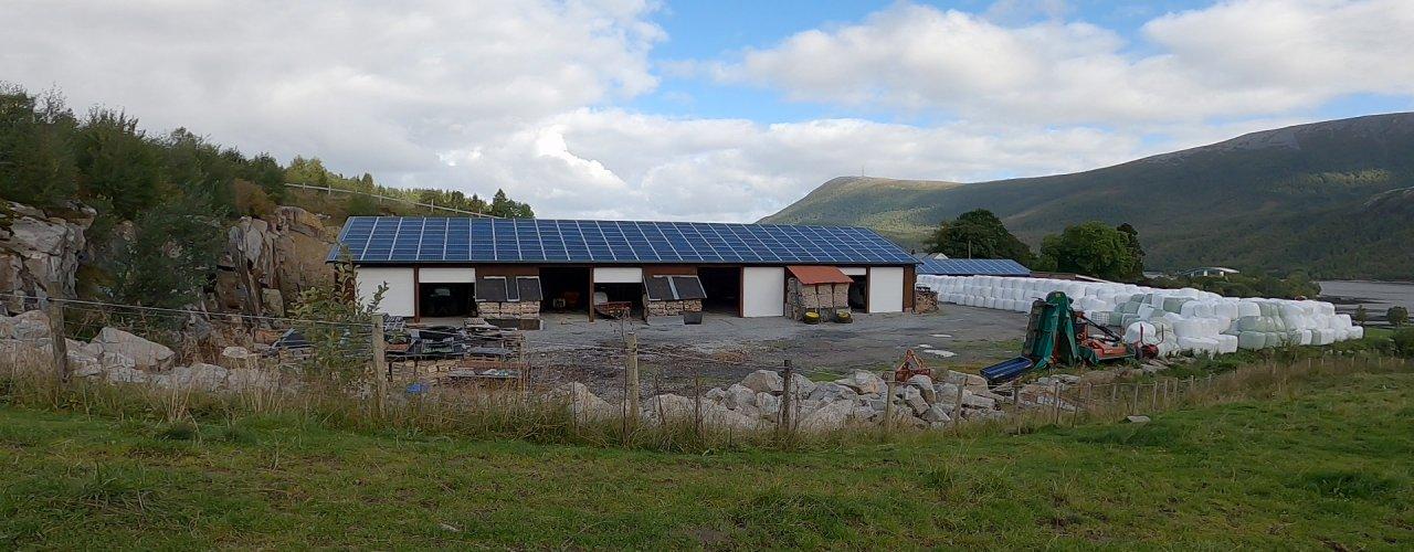 SOLCELLER I LANDBRUKET: Fra anlegg installert på gårdsbruk i Aure Kommune i Møre og Romsdal  (Foto: Vegard Botterli)
