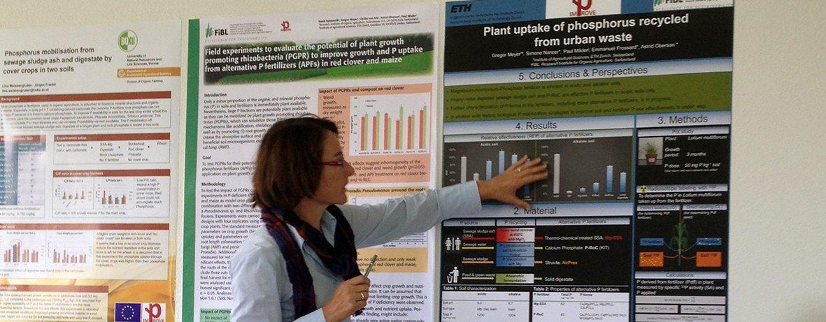 Astrid Oberson fra ETH, Zürich presenterer en poster om resirkulert P-gjødsel på et prosjektmøte i Improve-P (Foto: Improve-P)