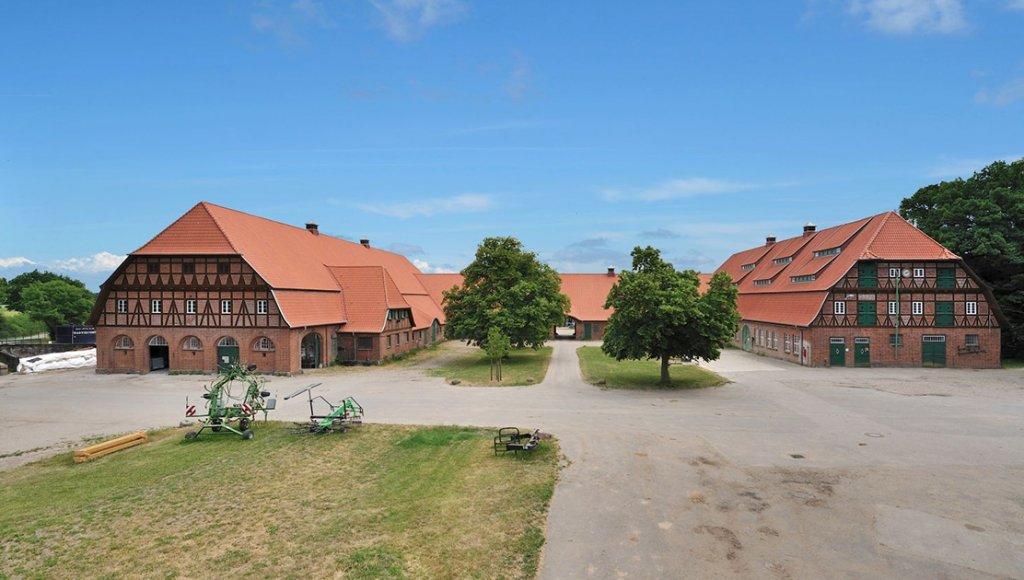 FORSØKSGÅRD: Trenthorst er forsøksgården for økologisk landbruk og tilhører Thünen instituttet med hovedsetet i Braunschweig i Tyskland.  (Foto: Bundesanstalt für Landwirtschaft und Ernährung, IFOAM, Thünen-Institut/OL)