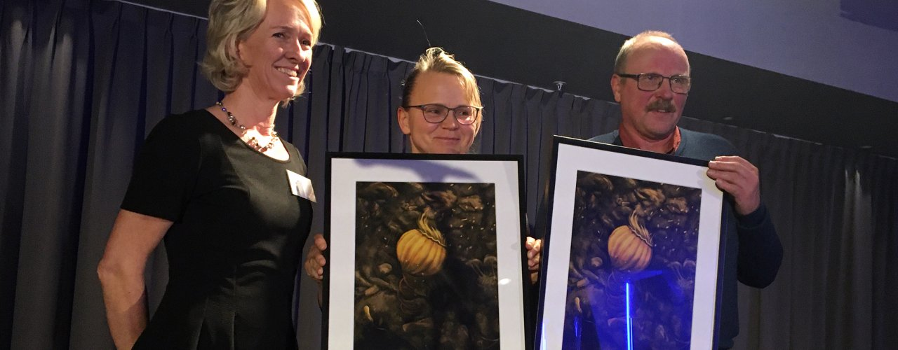 Det var stor applaus under middagen da Reidun Pommeresche og Øystein Haugerud fikk et trykk hver av Katelyn Solbakk som en takk for innsatsen med arbeidet med levende matjord. Det var leder for kongressen Kjersti Berge som stod for utdelinga.  (Foto: Anita Land)