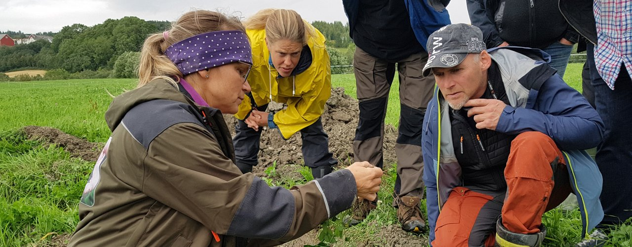 Forsker Reidun Pommeresche opplever at deltakerene på et Jordlappkursa er svært interesserte.   (Foto: Maud Grøtta)