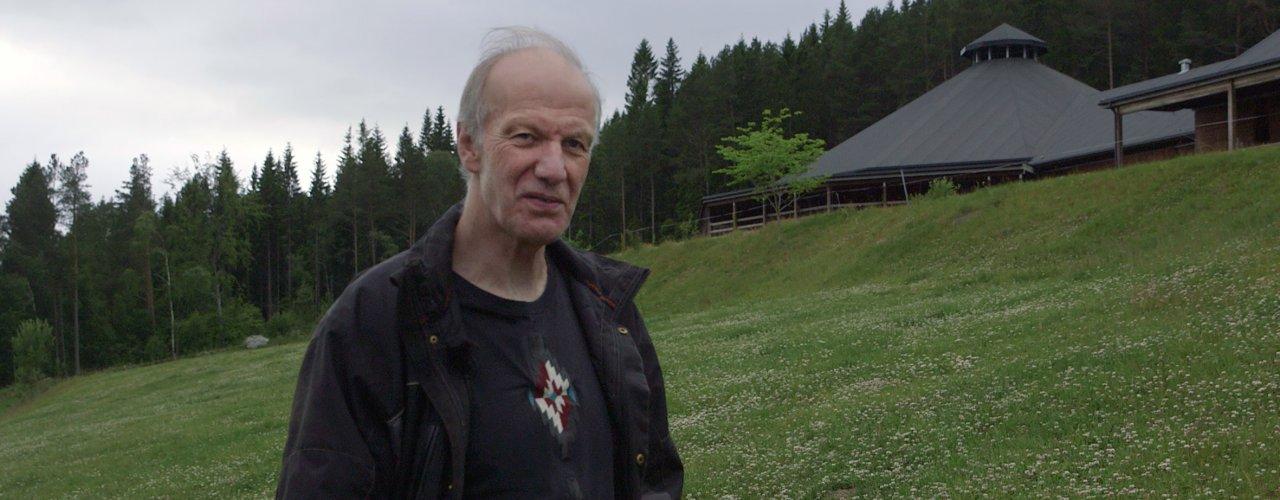 Ved Tingvoll gard er fjøset rundt og bygd av tre. Til og med innredninga er laga av tre. Det er gardbruker Erik Lindhardt  svært fornøyd med. (Foto: Tommy Rustad)